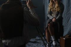 Photographe travaillant avec le modèle dans le studio, vintage images libres de droits