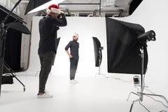 Photographe travaillant dans le studio avec le modèle Image libre de droits