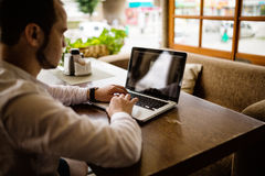 Photographe travaillant sur un ordinateur portable images stock