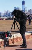 Photographe utilisant l'appareil-photo de cru images stock