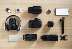 photographer';s设备和辅助部件在木头 库存照片