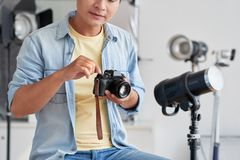 Photographer getting ready Royalty Free Stock Photography