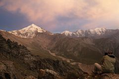 Photographer in mountains at sunset Royalty Free Stock Images