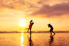 Free Photographer Photographing A Loving Couple On The Beach In Summer, Holidays Vacation Royalty Free Stock Images - 204911519