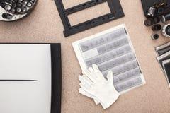 Photographer& x27; s-Schreibtisch, alte Kameras, traditionelle Fotografie negative Stockfoto
