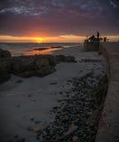Photographes à la plage prenant des photos au lever de soleil photos libres de droits