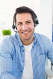 Photographes éditeur de sourire utilisant un écouteur Photos libres de droits