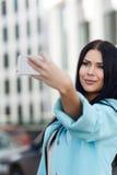Photographes себя девушки с телефоном стоковые изображения rf