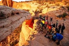 Photographes et touristes observant le lever de soleil chez Mesa Arch, Canyo Photos libres de droits