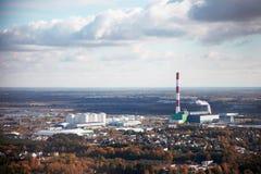 Photographie aérienne d'une ville industrielle avec une usine photographie stock
