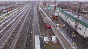 Photographie aérienne des trains électriques et des voies de chemin de fer clips vidéos