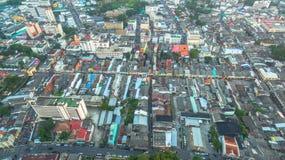 Photographie aérienne pendant le coucher du soleil au milieu de la ville de Phuket Photos libres de droits