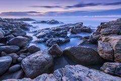 Photographie avant l'aube des vagues brumeuses Photos stock