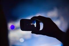 Photographie avec le téléphone portable au concert Images stock