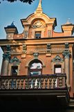 Photographie d'un bâtiment architectural dans le style classique contre un ciel bleu images libres de droits