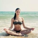 Photographie d'une belle femme détendant et méditant sur un bea Photographie stock