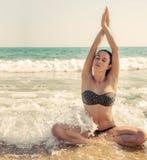 Photographie d'une belle femme détendant et méditant sur un bea Photo libre de droits