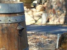 Photographie de baril de vin rustique avec l'ouvreur de bouteille Image libre de droits