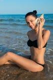 Photographie de beau modèle avec le grand coquillage dans le relaxin de mains Photos libres de droits