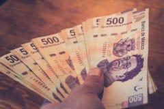Photographie de cinq cents factures de pesos mexicains
