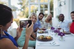 Photographie de femme des amis s'asseyant à la table Image libre de droits