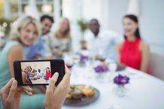 Photographie de femme des amis s'asseyant à la table Images stock