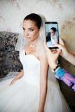 Photographie de la jeune mariée sur le smartphone Image libre de droits