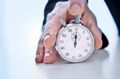 Main humaine montrant un chronographe images stock