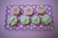 Photographie de nourriture d'un plateau de modèle de point de polka rempli de petits gâteaux faits à la maison avec l'écrimage de Images libres de droits