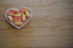 Photographie de nourriture des bonbons à sucrerie de sucre assaisonnés avec la rhubarbe et la crème anglaise dans des couleurs ro Photographie stock