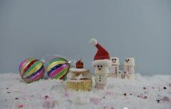 Photographie de nourriture de Noël utilisant des guimauves formées comme bonhomme de neige et position dans la neige avec le gâte Photo libre de droits