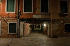 """Photographie de nuit de """"sotoportego calle de mezo """"à Venise, Italie image stock"""
