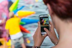 Photographie de prise de touristes d'un graffiti coloré Photographie stock libre de droits