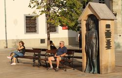 Photographie de rue - les gens s'asseyant sur des bancs et la détente photo libre de droits