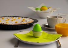 Photographie de studio de petit déjeuner ou de brunch de Pâques avec le gâteau suisse de Pâques dans des couleurs en pastel verte photos stock