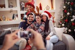 Photographie des amis par le téléphone pour Noël Photos libres de droits