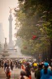 Photographie des cyclistes à Mexico Angel Independencia derrière Photo stock