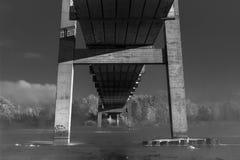 Photographie noire et blanche atmosphérique le morceau de pont et de rivière Image libre de droits