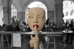photographie noire et blanche dépeignant un woman& x27 ; visage de s fait en pierre indiquant avec son doigt pour être silencieux photos stock