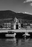 Photographie noire et blanche d'église orthodoxe d'Aghios Nikolaos et bateaux de pêche méditerranéens sur l'eau dans Euboea - Nea Image libre de droits
