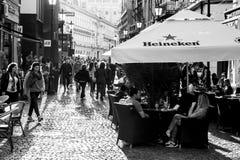 Photographie noire et blanche de Contre-Jour des touristes visitant Bucarest Photos libres de droits