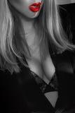 Photographie noire et blanche de secrétaire d'une forte poitrine avec les lèvres rouges Images libres de droits