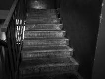 Photographie noire et blanche des vieux escaliers  image libre de droits
