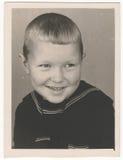 Photographie noire et blanche soviétique de portrait d'OD d'un petit garçon Photographie stock libre de droits