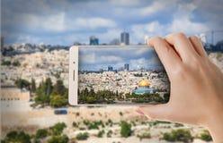 Photographies de femme à un smartphone Image libre de droits