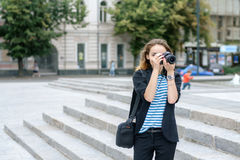 Photographies de fille sur son appareil-photo image stock