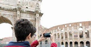 Photographies de garçon le Colosseum à Rome photo libre de droits