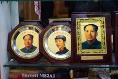 Photographies de Président Mao Zedong dans la fenêtre de boutique de la zone d'atelier de Wangfujing dans Pékin Photographie stock libre de droits