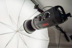 Photographische Studioröhrenblitzbeleuchtung und reflektierender Regenschirm Stockfotos