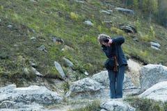 Photogrrapher девушки природы стоковые фотографии rf